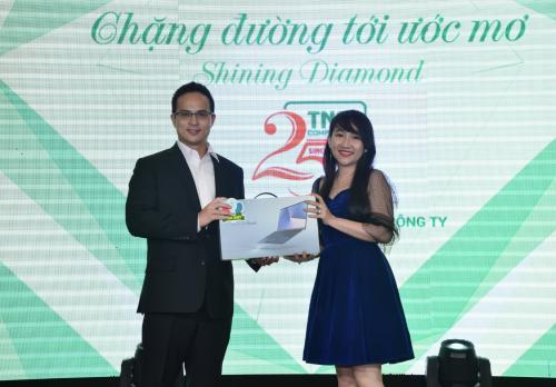 Ông Eric Lee - Tổng giám đốc Asus Việt Nam trao tặng giải thưởng đặc biệt trị giá 21,99 triệu đồng đồng cho khách hàng Nguyễn Chương Hồng Phúc may mắn trúng thưởng trong chương trình Kỷ niệm 25 năm, bốc thăm trúng lớn tại Thành Nhân TNC.