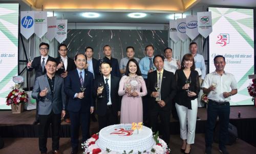 Ông Nguyễn Văn Xê và bà Trần Thị Quyên cùng các đối tác chiến lược nâng ly khai tiệc kỷ niệm 25 năm thành lập và phát triển của Công ty TNHH Tin học Thành Nhân.