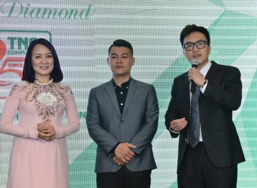 Anh Nguyễn Trần Thành Nhân (bên phải) - con trai ông Nguyễn Văn Xê và bà Trần Thị Quyên phát biểu chia sẻ tại buổi lễ và gửi lời cám ơn đến các khách mời.