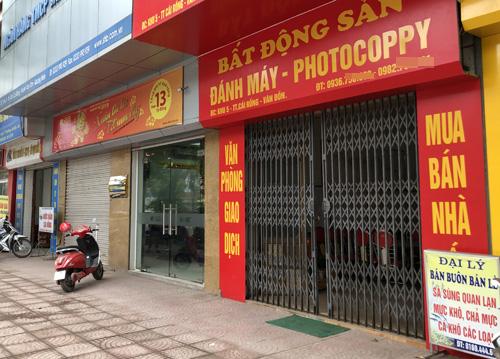 Sàn bất động sản được trưng dụng từ quán photo, điểm kinh doanh hải sản... Ảnh: Anh Tú