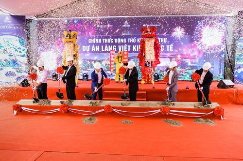Đại diện CĐT Việt Anh cùng các đối tác tiến hành lễ động thổ, xây dựng khu biệt thự Làng Việt Kiều quốc tế. Sau lễ động thổ, các sản phẩm biệt thự dự án sẽ được giới thiệu ra thị trường vào quý II/2019.Sáng 30/3/2019, Công ty cổ phần Đầu tư và Phát triển Việt Anh (Việt Anh JSC), Chủ đầu tư dự án Làng Việt kiểu quốc tế đã chính thức tiến hành lễ động thổ, xây dựng khu biệt thự dự án tại Hải Phòng.
