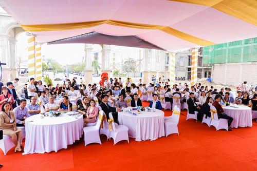 Sau Lễ động thổ, Chủ đầu tư Việt Anh cũng phối hợp cùng Công ty cổ phần BĐS Thế Kỷ (CenLand)  đơn vị hợp tác đầu tư phát triển dự án tiến hành mở bán đợt cuối các lô shophouse. Các lô shophouse tại Làng Việt kiều quốc tế có diện tích từ 112,7m2 đến 193m2, được bán với giá 28 triệu đồng một m2 mặt đường 13,5m và 38-40 triệu một m2 mặt đường 30m.