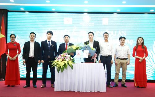 Ông Vũ Kim Giang - Chủ tịch HĐQT kiêm Tổng giám đốc Hải Phát Land (phải) và ông Giáp Văn Đô - Chủ tịch HĐQT kiêm Tổng Giám đốc Công ty Cổ phần Xây dựng Thành Đô Bắc Giang (trái) ký kết hợp tác.