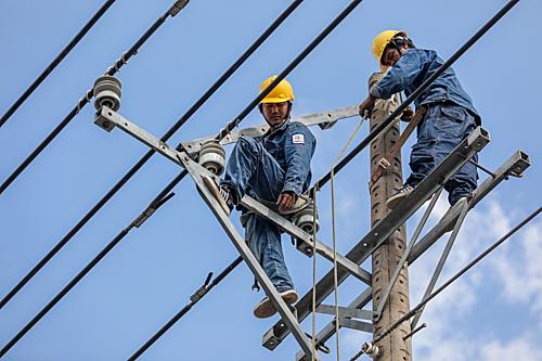 Công nhân điện lực tại Bình Dương. Ảnh: Thành Nguyễn
