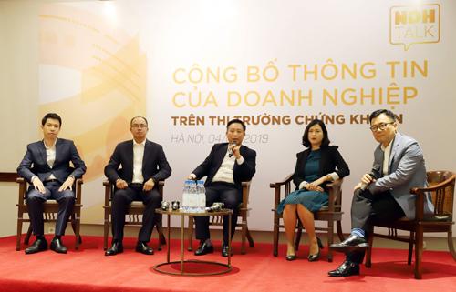 Các diễn giả chia sẻ về thực trạng công bố thông tin của doanh nghiệp. Ảnh: Liên Hương.