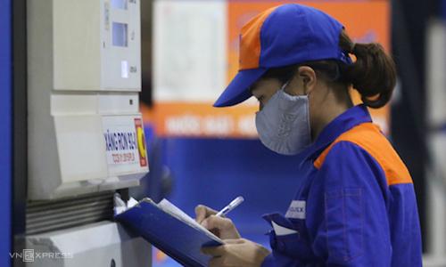Nhân viên một cây xăng ở Hà Nội chốt sổ cuối ca bán hàng. Ảnh: Ngọc Thành