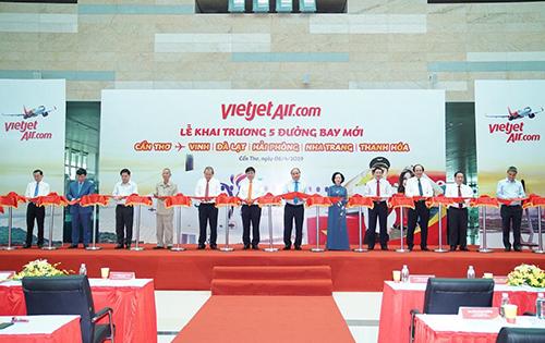Nghi thức cắt băng khai trương 5 đường bay mới của Vietjet tại Cần Thơ.
