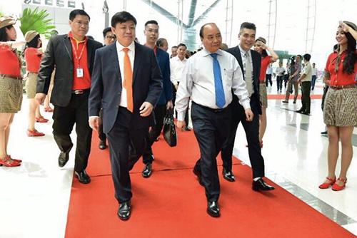Thủ tướng Nguyễn Xuân Phúc và các lãnh đạo tham dự lễ khai trương 5 đường bay mới đến và đi từ Cần Thơ của Vietjet.