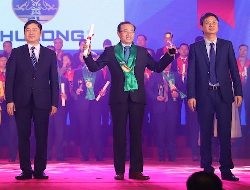 Ông Phùng Chu Cường (giữa) - Tổng giám đốc Công ty Phú Long nhận giải thưởng thương hiệu mạnh Việt Nam 2018.
