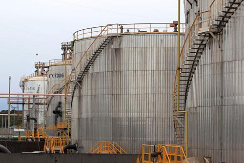 Các thùng chứa dầu ở Colombia. Ảnh: Reuters