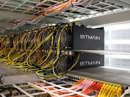 Các máy đạo Bitcoin của Bitmain Technologies. Ảnh: Reuters