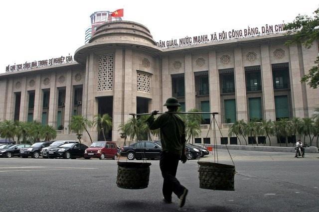 Bên ngoài trụ sở Ngân hàng Nhà nước tại 49Lý Thái Tổ, Hà Nội. Ảnh: Reuters
