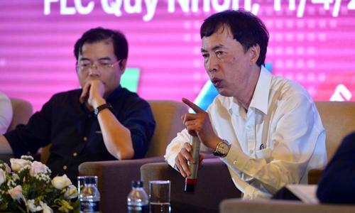 Chuyên gia kinh tế Võ Trí Thành (phải) chia sẻ tại sự kiện chiều 11/4.