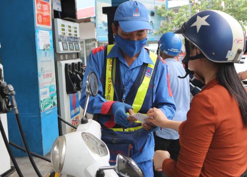 Khách hàng mau xăng dầu bằng thẻ quà tặng tại PV Oil.