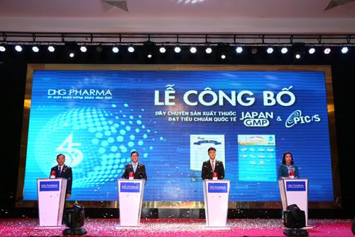 Ban Tổng Giám đốc DHG đại diện ấn nút công bố giấy chứng nhận 2 dây chuyền sản xuất thuốc đạt chuẩn quốc tế PIC/S-GMP và Japan-GMP.