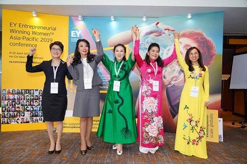 Chương trình quy tụ nữ doanh nhân thành đạtđến từ nhiều quốc gia và vùng lãnh thổ, trong đó cóbác sĩ Trần Thị Lệ (ngoài cùng bên phải).