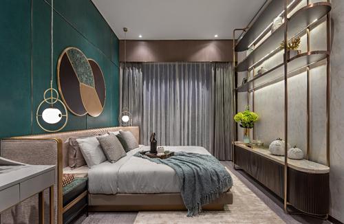 Điểm nhấn của khu căn hộ mẫu chính là căn hộ bốn phòng ngủ. Những tông màu xanh ngọc lục bảo, màu nâu xám, màu kem mang đến cho phòng ngủ chính cảm giác thanh lịch, bình yên. Các chi tiết thiết kế nội thất đều toát lên vẻ sang trọng: giường ngủ cỡ lớn bọc nhung và da, các loại vải đắt giá, gương và viền kim loại trang trí màu vàng hồng lấp lánh.
