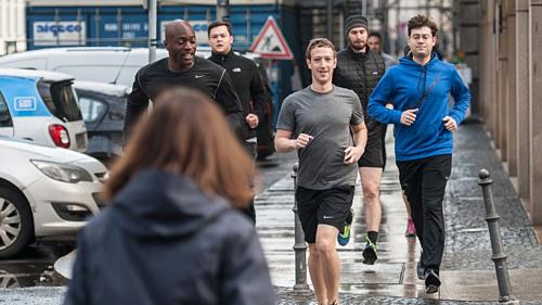 CEO Facebook - Mark Zuckerberg chạy bộ cùng vệ sĩtrong một sự kiện. Ảnh: AFP