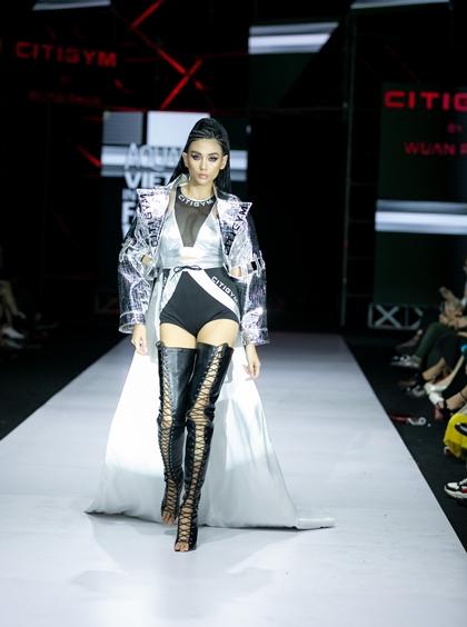 Đại diện phong tập cho biết, điều đặc biệt của BST là sự hòa hợp, cộng hưởng giữa tính thời trang và thể thao, tính ứng dụng và nghệ thuật, giữa chất riêng của Wuan Phan và giá trị xu hướng mà CitiGym hướng đến.