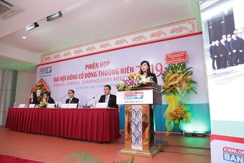 Bà Trần Tuấn Anh - Thành viên HĐQT, Tổng giám đốc báo cáo tóm tắt kết quả kinh doanh hợp nhất Kienlongbank năm 2018 và kế hoạch kinh doanh năm 2019.