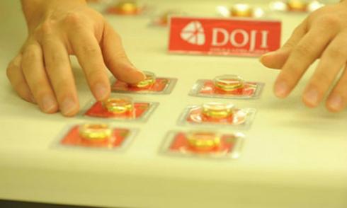 Giá vàng miếng trong nước hiện cao hơn thế giới khoảng 300.000 đồng một lượng.