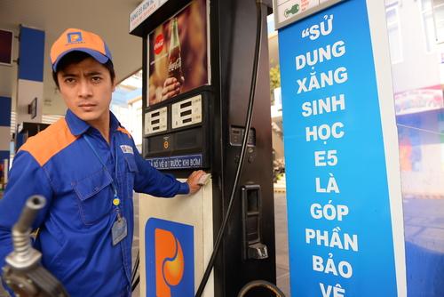 Giá xăng có thể được điều chỉnh tăng. Ảnh: Hữu Khoa.