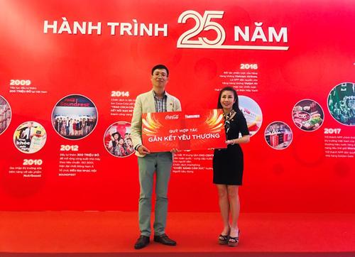 Đại diện Coca-Cola trao số tiền tượng trưng đóng góp cho quỹ Gắn kết yêu thương.