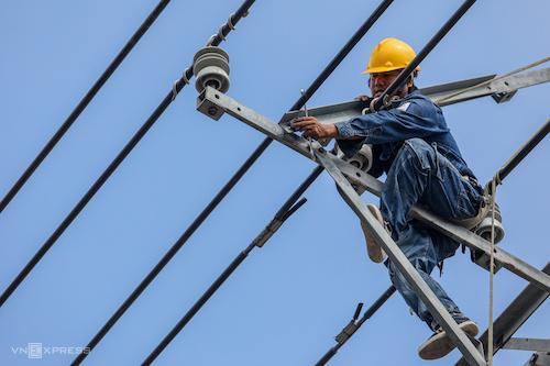 Công nhân điện lực TP HCM sửa chữa, bảo dưỡng đường dây điện. Ảnh: Thành Nguyễn