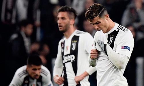 Ronaldo và các đồng đội buồn bã sau thất bại của Juventus trước Ajax. Ảnh: AFP
