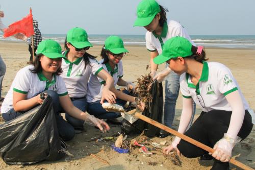 Cán bộ đoàn viên thành niên, tình nguyện viên tham gia thực hiện chiến dịch làm sạch biển 2019.