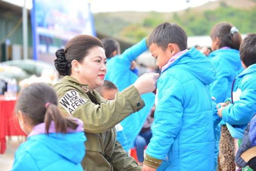Nữ doanh nhân tặng quà cho trẻ em nghèo.