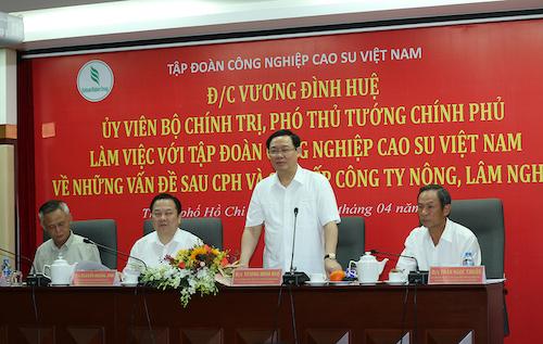 Phó thủ tướng Vương Đình Huệ làm việc với lãnh đạo Tập đoàn Cau su Việt Nam ngày 18/4. Ảnh: VGP