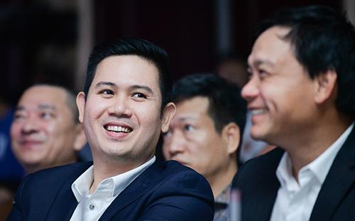 Doanh nhân Phạm Văn Tam bên cạnh một Shark của chương trình.