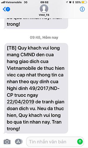 Tin nhắn từ tổng đài đề nghịchủ thuê bao đến cập nhật lại thông tin, song khi đến điểm giao dịch, họ lại bị yêu cầu ký cam kết về thời gian sử dụng.