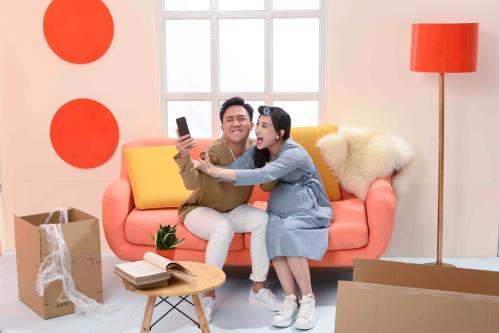 Theo yêu cầu từ CenHomes.vn, vợ chồng Trấn Thành trong mỗi khung ảnh cũng phải mang đến những khoảnh khắc khác nhau của các cặp đôi: từ lúc hẹn hò đến khi trở về chung sống và đồng thời lên kế hoạch cùng nhau xây dựng tổ ấm nhỏ.