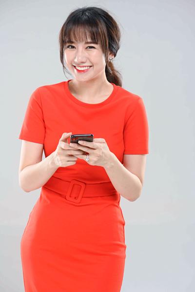 Đại diện nữ ca sĩ mới đây chính thức lên tiếng về vụ việc. Theo đó, hình ảnh khác lạ của Hari Won những ngày qua nằm trong bộ ảnh quảng cáo thương hiệu cho một tập đoàn lớn của Việt Nam.