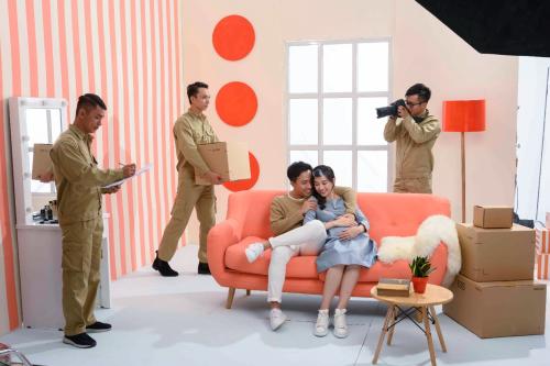 Trong đó, hình ảnh Hari Won diện chiếc đầm bầu cũng hoàn toàn nằm trong sự chuẩn bị của ekip với mục đích làm nổi bật thông điệp mà nhãn hàng muốn truyền tải đến đối tượng khách hàng là các gia đình trẻ.