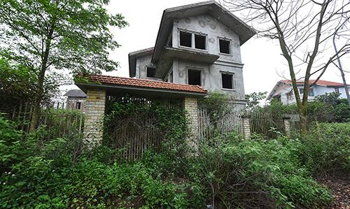 Trong các khu đô thị tại Mê Linh, ngoài đất bỏ hoang thì những căn nhà xây thô cũng rất lâu không có người đặt chân đến. Ảnh: Giang Huy