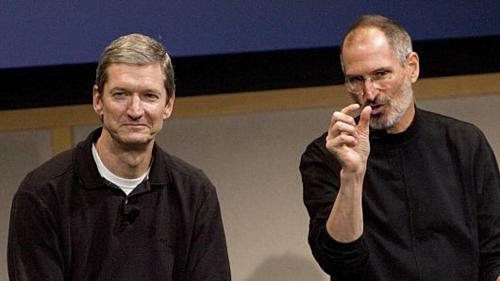 Tim Cook (trái)và Steve Jobs trong một sự kiện. Ảnh: CNBC