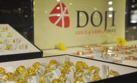 Giá vàng trong nước hiện cao hơn thế giới khoảng 500.000 đồng một lượng.