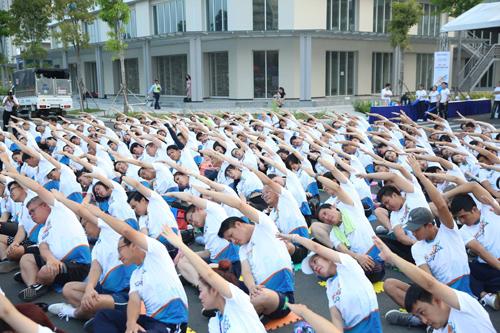 Ban lãnh đạo Sacombank và hàng trăm cán bộ nhân viên cùng nhau tập luyện yoga trước khi bước vào phần thi chạy.