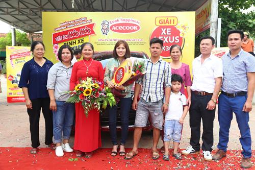 Chị Phan Thị Hương - chủ nhân thứ 2 nhận giải xe hơi Lexus cùng gia đình.