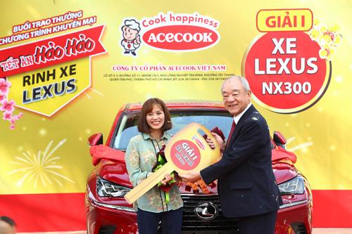 Ông Kajiwara Junichi - Tổng giám đốc Công ty Cổ phần Acecook Việt Nam trao chiếc Lexus thứ 2 cho chị Hương.