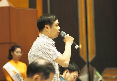 Một cổ đông chất vấn tại phiên họp thường niên năm 2019 của SHB. Ảnh: Minh Sơn