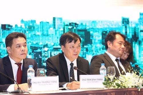 Ông Trần Đình Thanh (giữa) - Chủ tịch HĐQT Habeco trả lời tại họp báo.