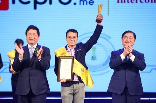 Chủ tịch Ủy ban Khoa học, Công nghệ và Môi trường của Quốc hội Phan Xuân Dũng (phải) và Chủ tịch VINASA Trương Gia Bình (trái) trao danh hiệu Top 10 Sao Khuê 2019 cho Công ty Cổ phần viễn thông Intercomms Việt Nam.