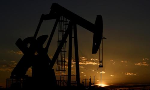 Một máy bơm dầu hoạt động tại Texas (Mỹ). Ảnh: Reuters