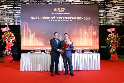 Ông Nguyễn Đình Trung - Chủ tịch Hội đồng quản trị HTN tặng hoa cho ông Khuất Tùng Phong - Thành viên Hội đồng quản trị độc lập mới của Hưng Thịnh Incons.
