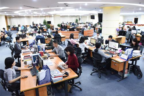 Không gian làm việc tại VnExpress - sản phẩm mang về nguồn thu chính cho FPT Online.Ảnh: Giang Huy.