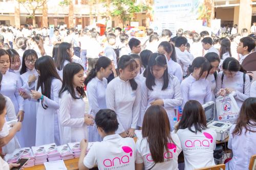 Bàn tư vấn ngành làm đẹp của ANA thu hút đông đảo học sinh THPT trong ngày hội hướng nghiệp